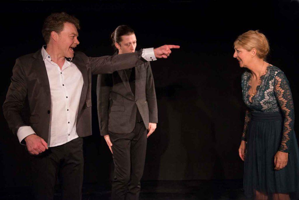 Herkenhoff, Hucke, Scholmann in Tür auf, Tür zu im Theater am Sachsenring Köln