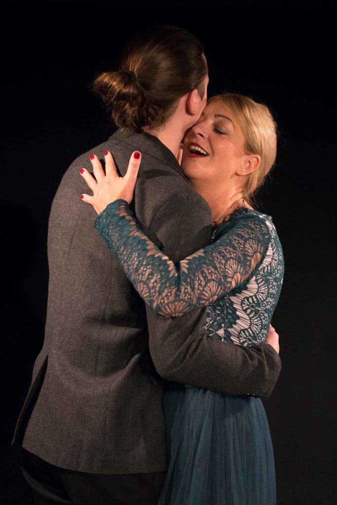 Tanz Scholmann, Herkenhoff in Tür auf, Tür zu im Theater am Sachsenring Köln