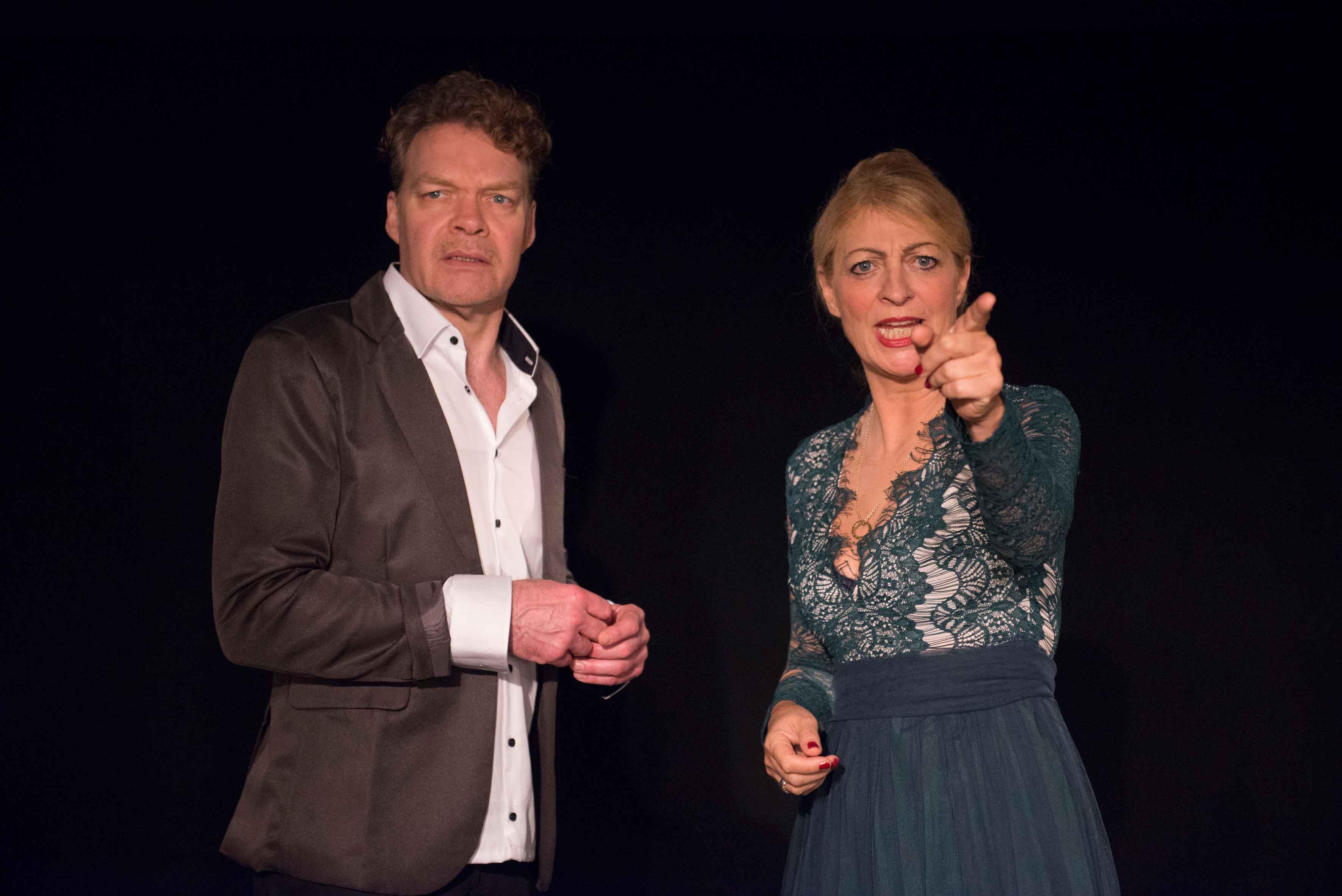 Hucke, Scholmann in Tür auf, Tür zu im Theater am Sachsenring Köln